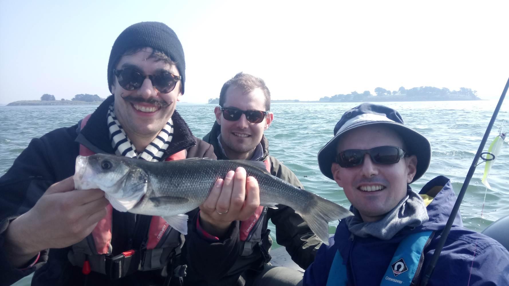 Une sortie avec un Guide de pêche dans le Golf du Morbihan réussie ! N'es-ce pas messieurs ? ©