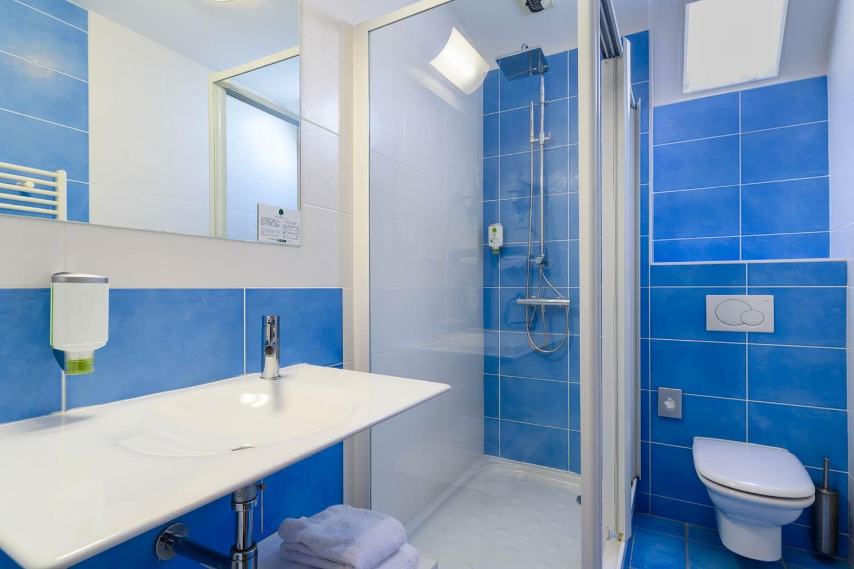 salle de douche hôtel la Marébaudière Vannes centre ©