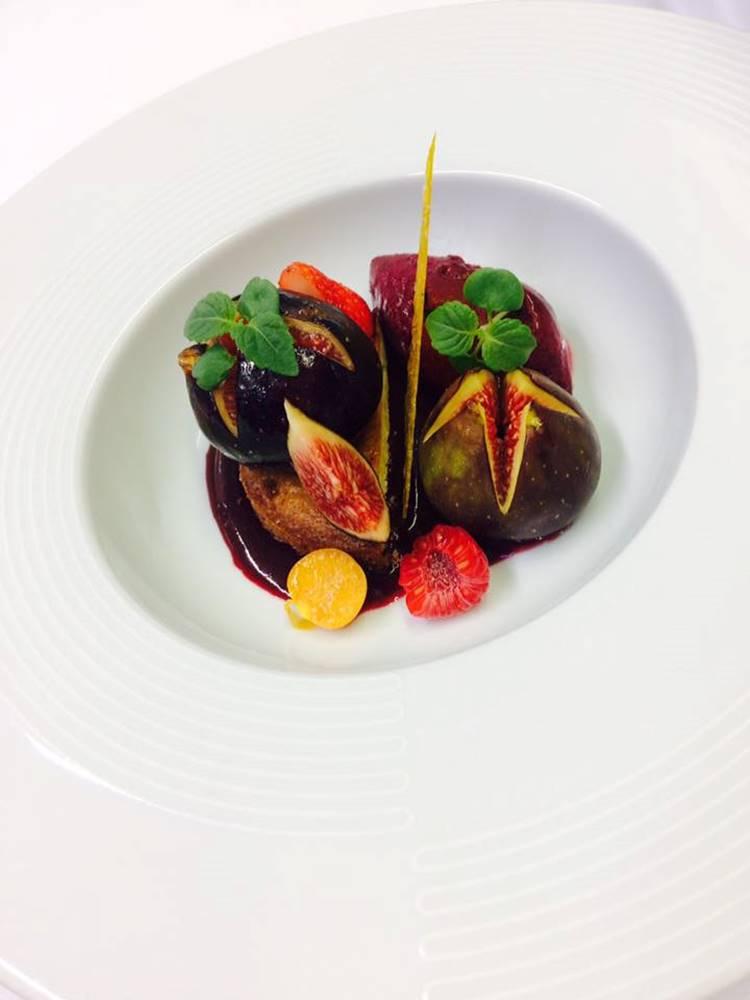 Figues rôties au miel de fleurs, sablé breton et sorbet cassis ©
