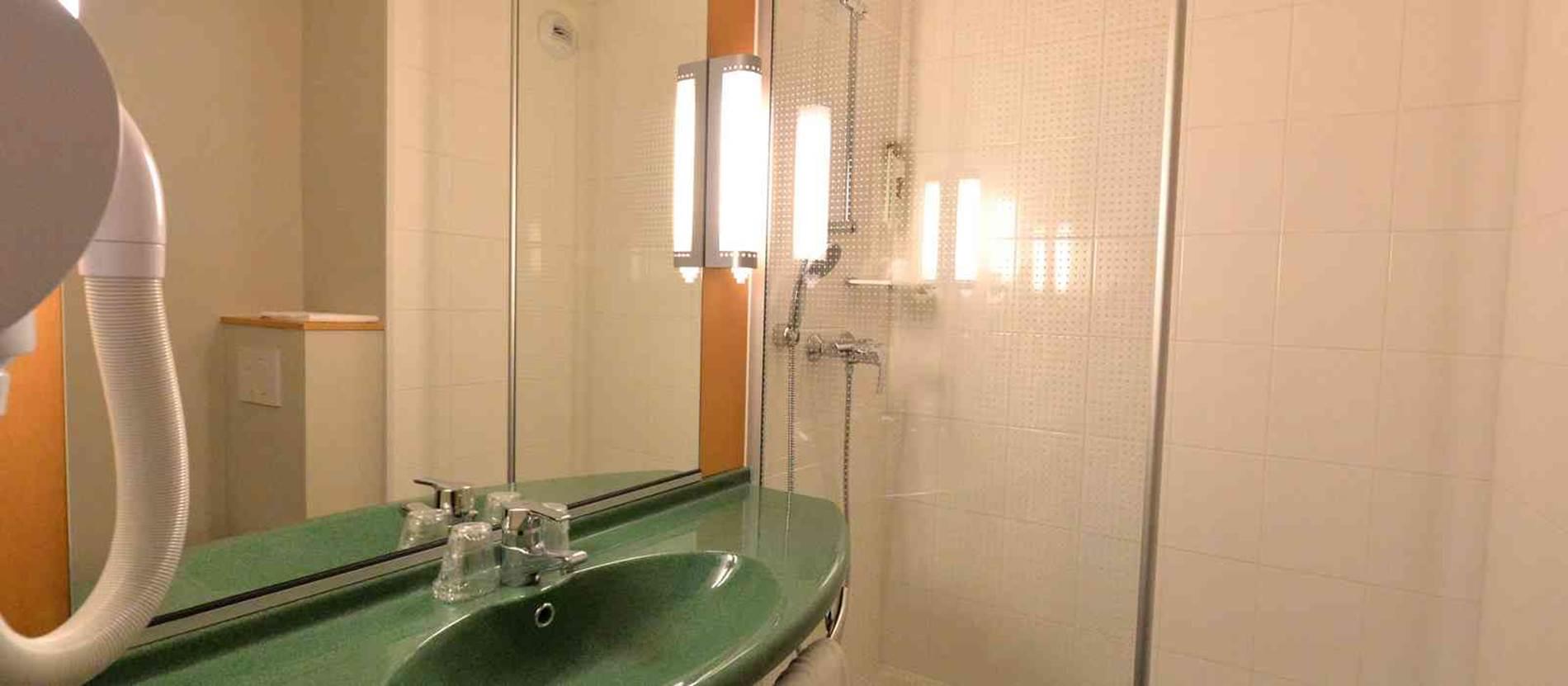 hotel-ibis-auray-salle-d'eau © hotel-ibis