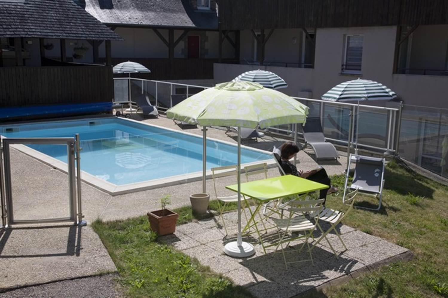 AR PEOC'H - Repos en terrasse de la piscine - Morbihan - Bretagne Sud © MATHURIN