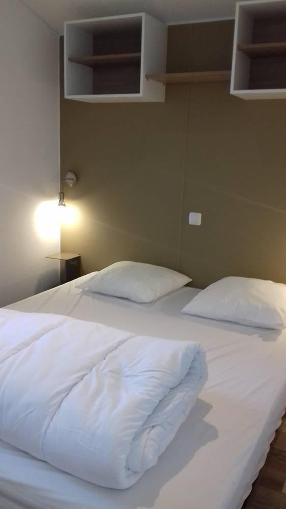 chambre grand lit mobil home 3 chambres et 2 chambres 2017-camping kergo-carnac-morbihan ©