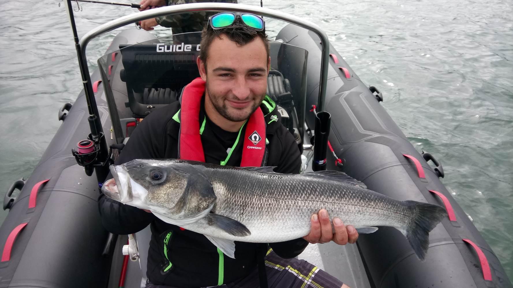 Record de l'année pour Pierre avec un superbe bar de 83cm, prit dans 2 mètres d'eau au leurre de surface ! La pêche réserve parfoit de belle surprise ! ©