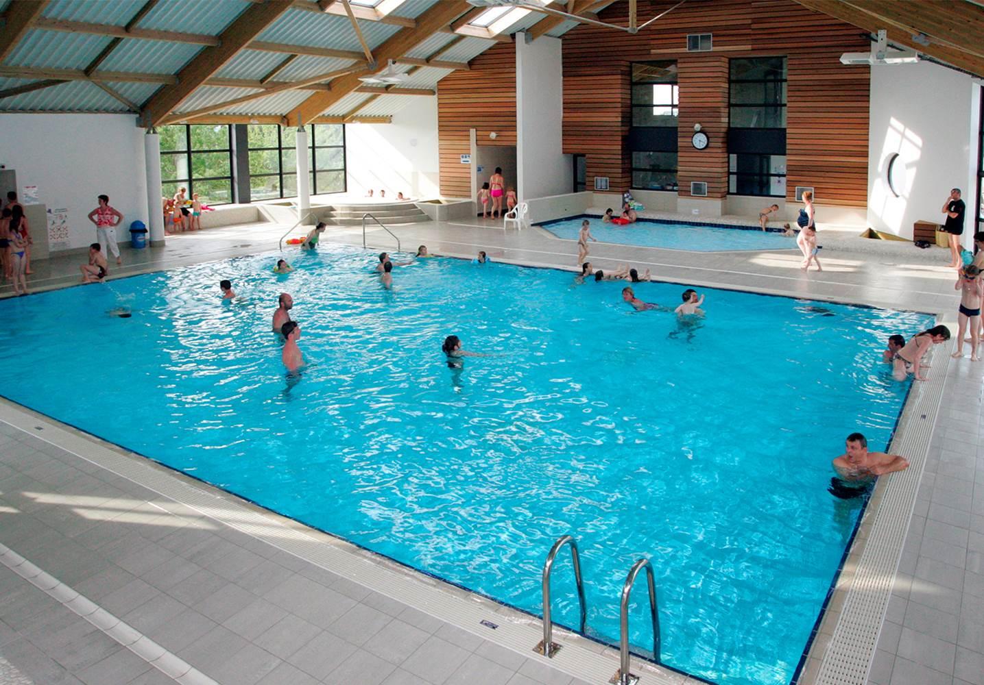 Une grande piscine couverte chauffée ©